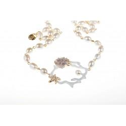 Collana con rappresentazione di ramo di corallo rotondo bianco con stella marina con cristalli e un filo di perle bianche
